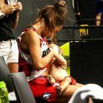 Nữ cầu thủ cho con bú ngay trên sân