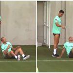 """Ronaldo láu cá """"chơi xỏ"""" cả đàn anh Pepe trên sân tập"""