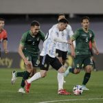 """Xem Messi """"xâu kim"""" đối thủ, ghi siêu phẩm cho Argentina"""